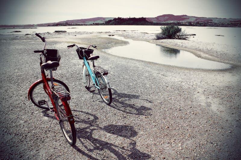 2 vélos à côté d'un lac photo libre de droits