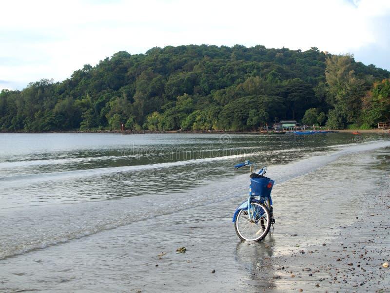 Vélos à la plage images stock