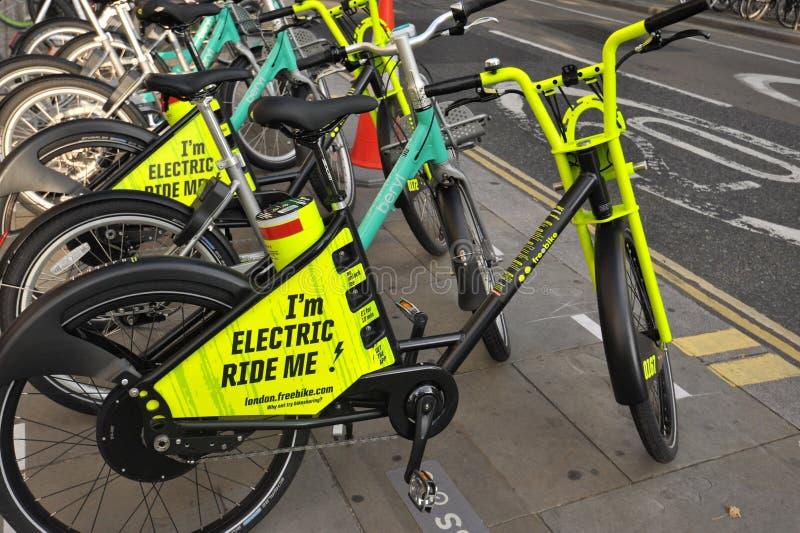 Vélos électriques, e-vélos à louer à Londres, Angleterre photographie stock