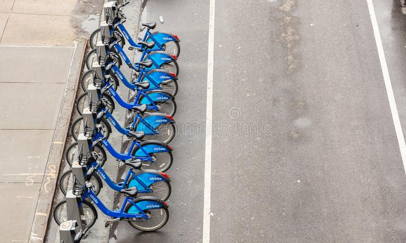 Vélos bleus de ville garés sur la rue, vue d'en haut photo libre de droits