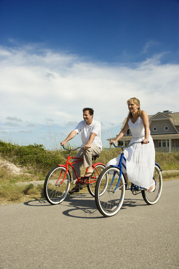 Vélos d'équitation de couples photo libre de droits