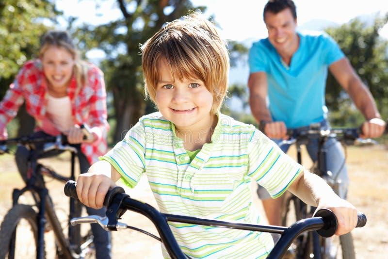 Vélos d'équitation de famille ayant l'amusement images stock