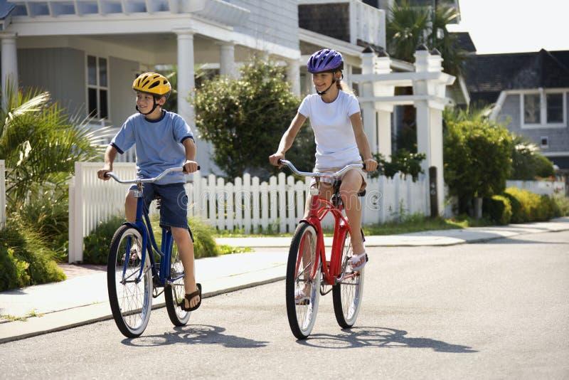 Vélos d'équitation de garçon et de fille image stock