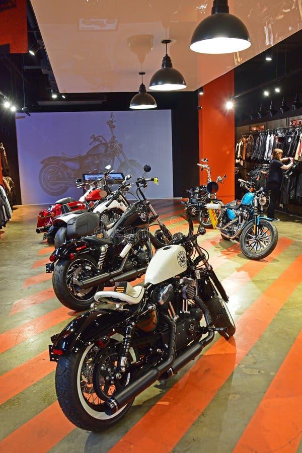 Vélos de Harley Davidson sur l'affichage dans la salle d'exposition photos libres de droits