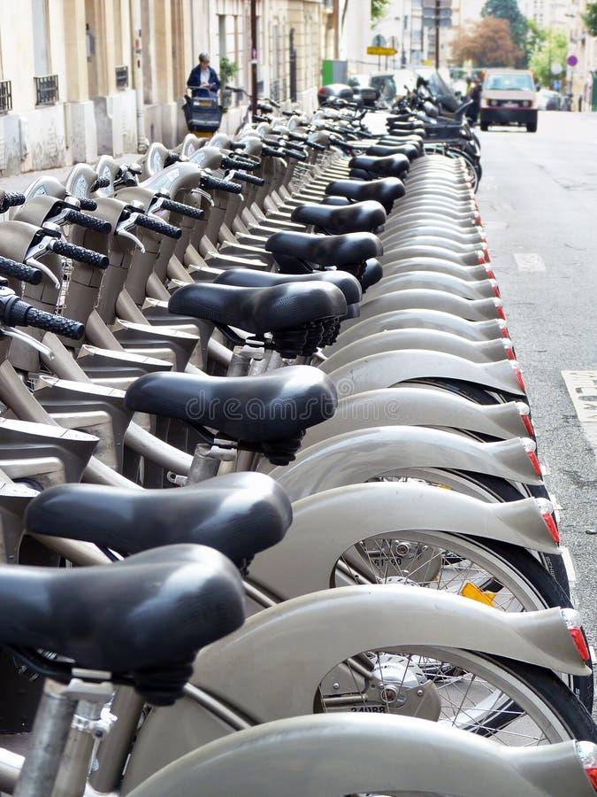 Vélos de location, Paris, France image stock