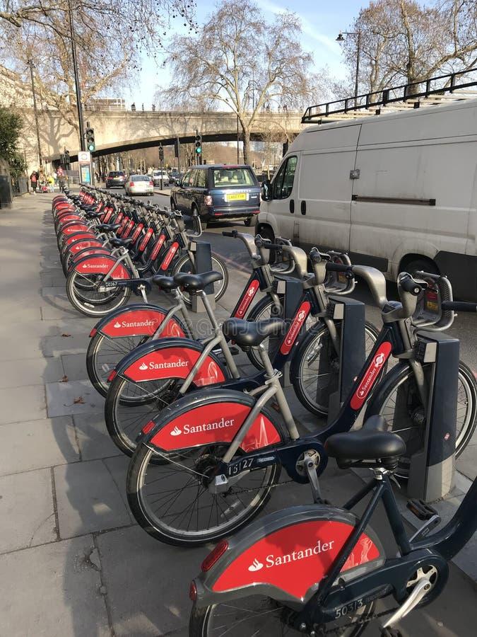 """Vélos de Londres """"Boris rouge/Bicyicles avec la cabine/taxi noirs photos stock"""