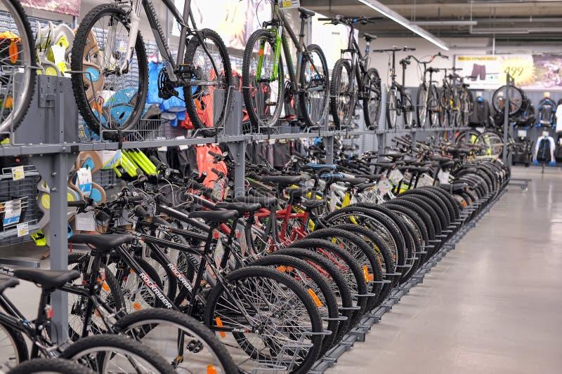 Vélos de magasin de marchandises sportives images stock