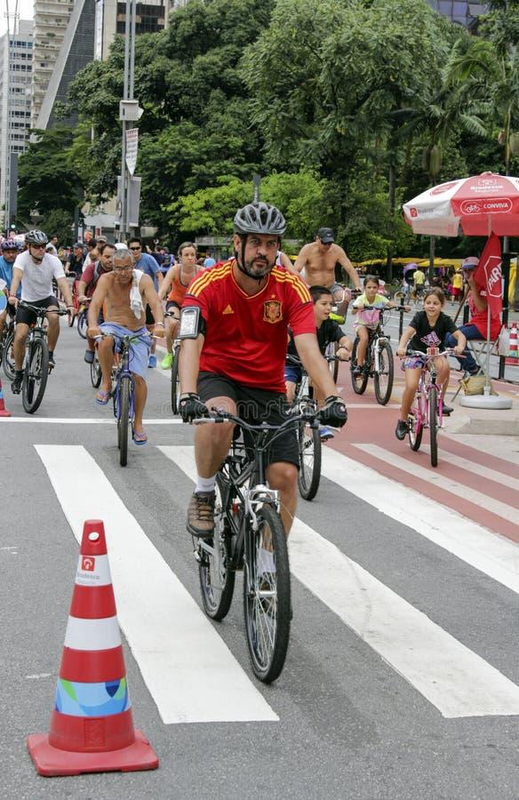 Vélos de monte de personnes à l'avenue de Paulista dimanche images stock