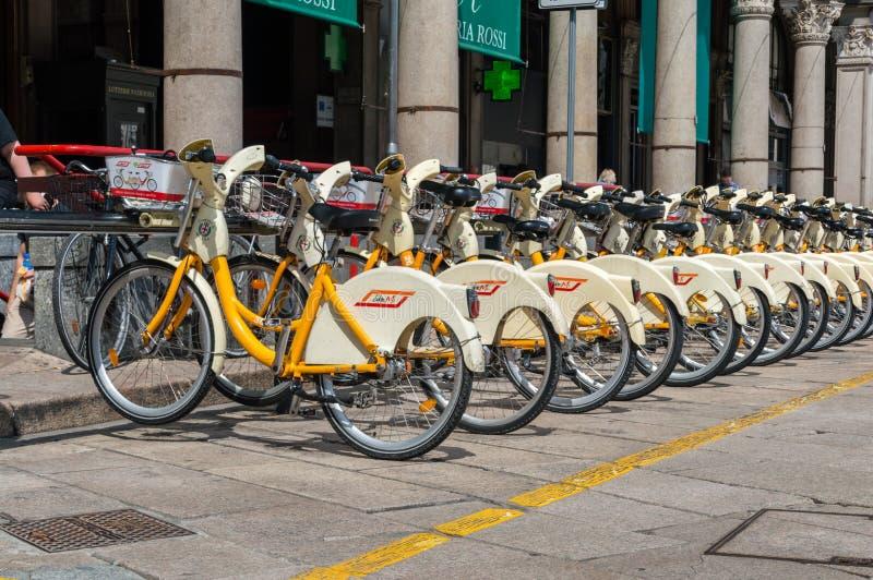 Vélos pour le loyer à Milan photo libre de droits