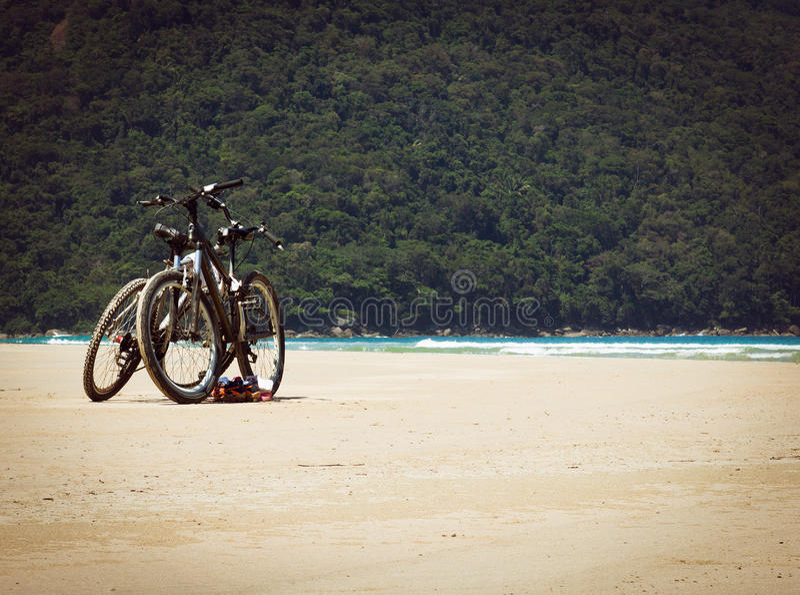 Vélos sur la plage photos stock