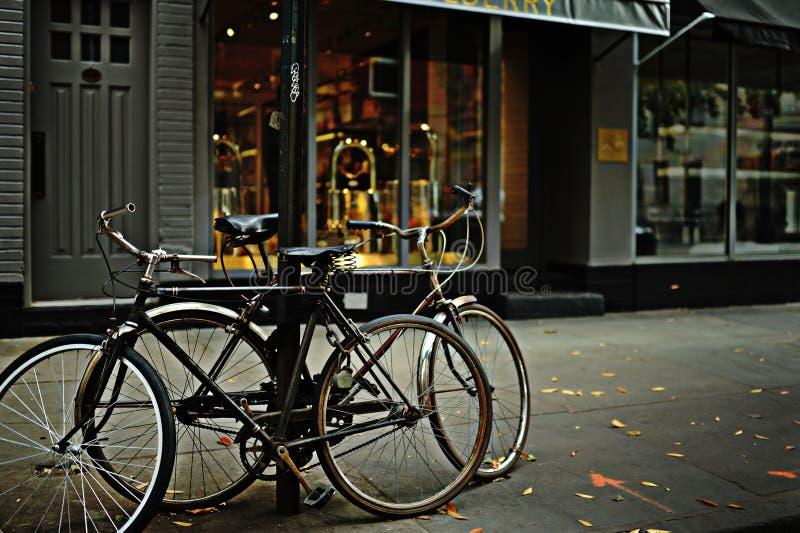 Vélos sur le trottoir photos stock