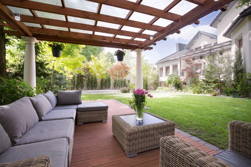 Véranda avec les meubles modernes de jardin image libre de droits