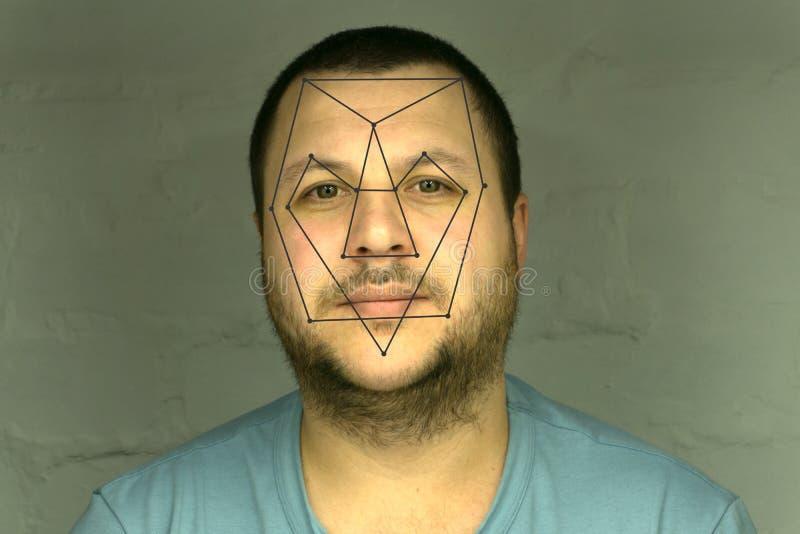 Vérification biométrique - reconnaissance des visages de jeune homme image libre de droits