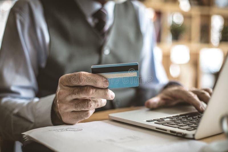 Vérification de la carte de crédit photo libre de droits