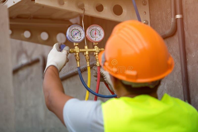 Vérification de technicien de climatisation images stock