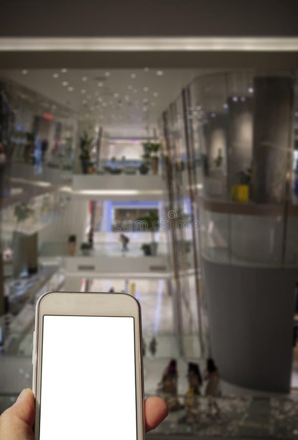 Vérification des achats de moment de téléphone portable image stock