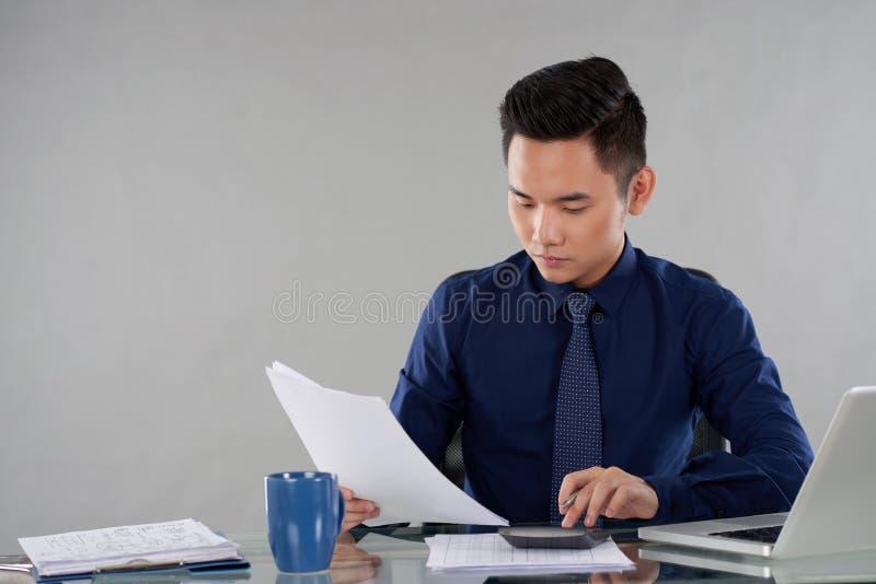 Vérification des documents d'entreprise photo stock