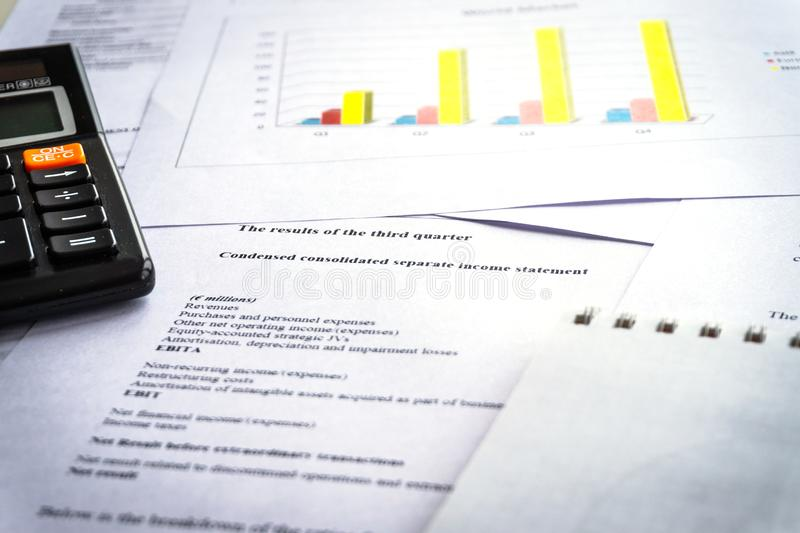 Vérification des rapports financiers Graphiques et diagrammes Analyse de comptabilité photo stock