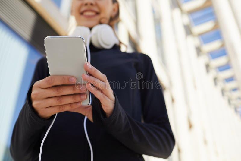 Vérification des sms sur l'instrument pendant pulser photos libres de droits