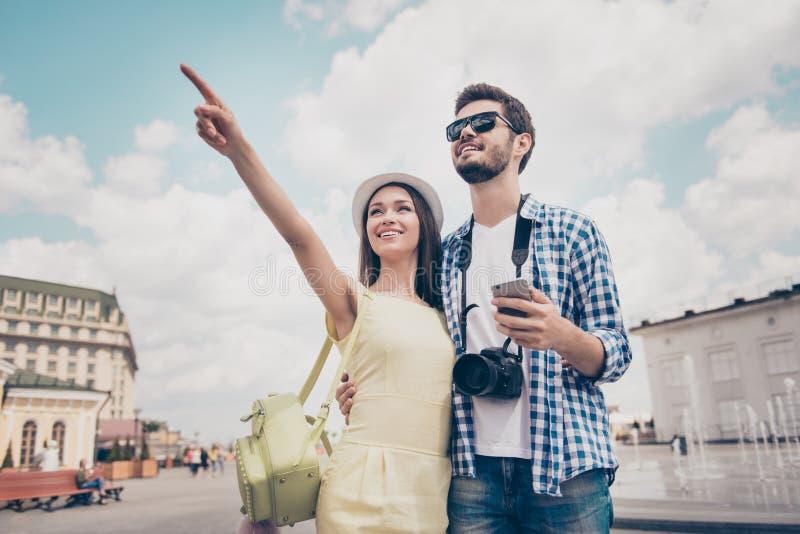 Vérifiez ceci ! Les jeunes couples heureux des touristes ont lieu des vacances, image stock