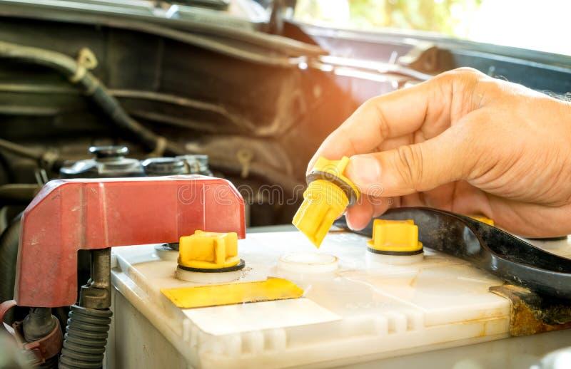 Vérifiez la batterie de voiture distillée image libre de droits