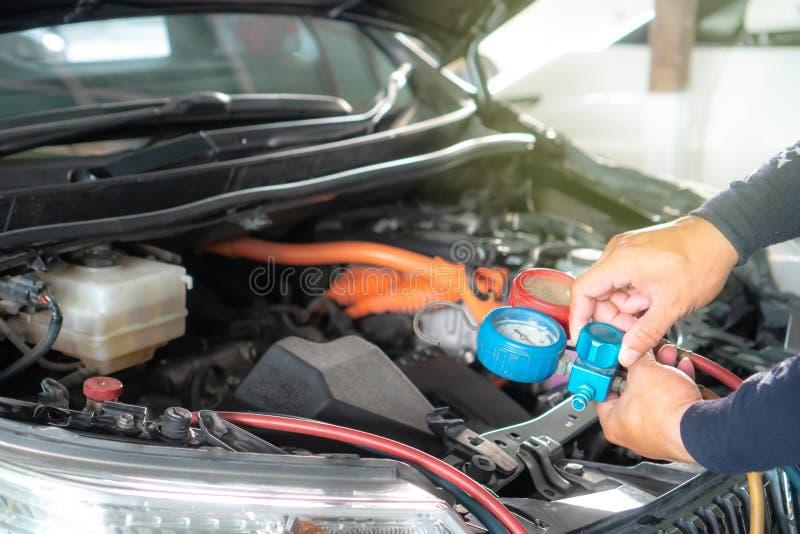Vérifiez la recharge réfrigérante de dispositif de climatisation de voiture images stock