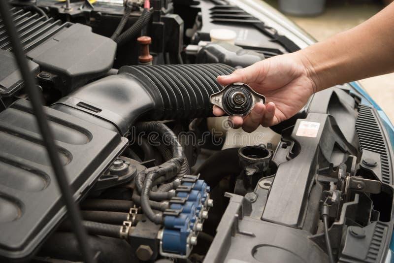 Vérifiez le radiateur de voiture, entretien de voiture, la voiture de contrôle vous-même image stock