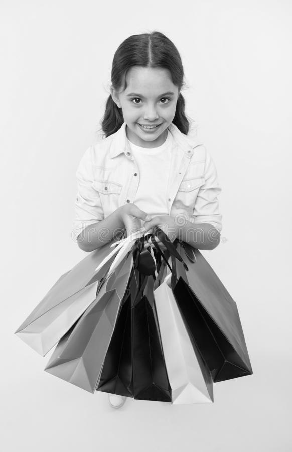 Vérifiez ses paquets d'achats Shopaholic mignons d'enfant avec des paniers de groupe noircissent la vente totale de vendredi Acha photos libres de droits