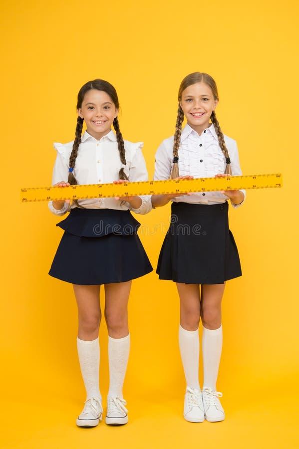 Véritable formule d'amitié Amiti? d'?cole les petites filles heureuses étudient des mathématiques les étudiants emploient la règl photos stock