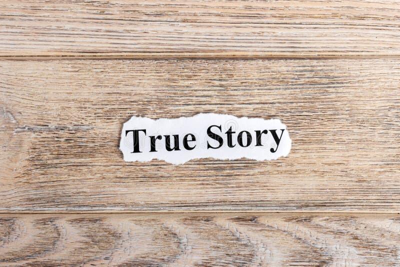 Véritable texte d'histoire sur le papier Histoire vraie de Word sur le papier déchiré texte debout de reste d'image de figurine d photographie stock libre de droits