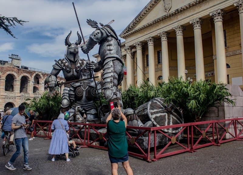 Vérone, gigantesques gladiateurs romains positionnés à côté de la splendide arène, avec d'autres accessoires, statues égyptiennes images stock
