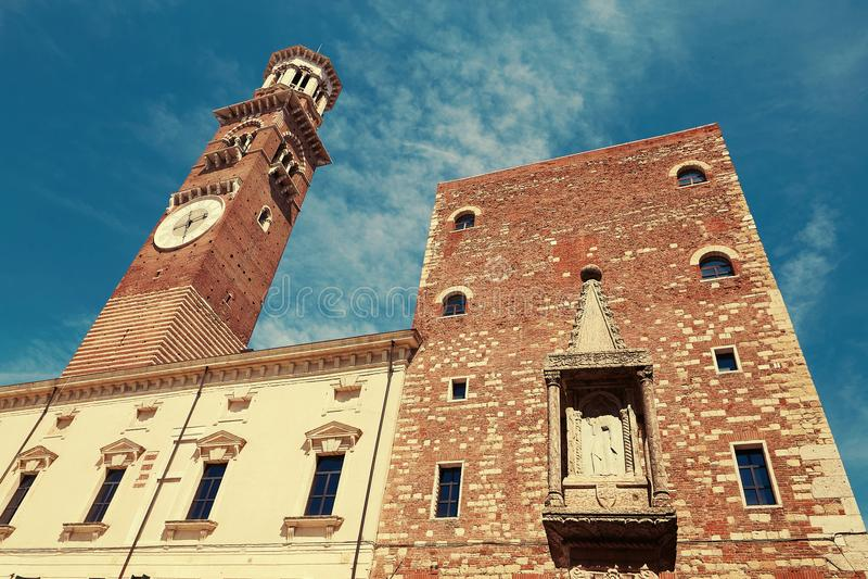 VÉRONE, ITALIE - 17 AOÛT 2017 : Delle Erbe de plaza Tour d'horloge de Dei Lamberti Torre à Vérone image stock