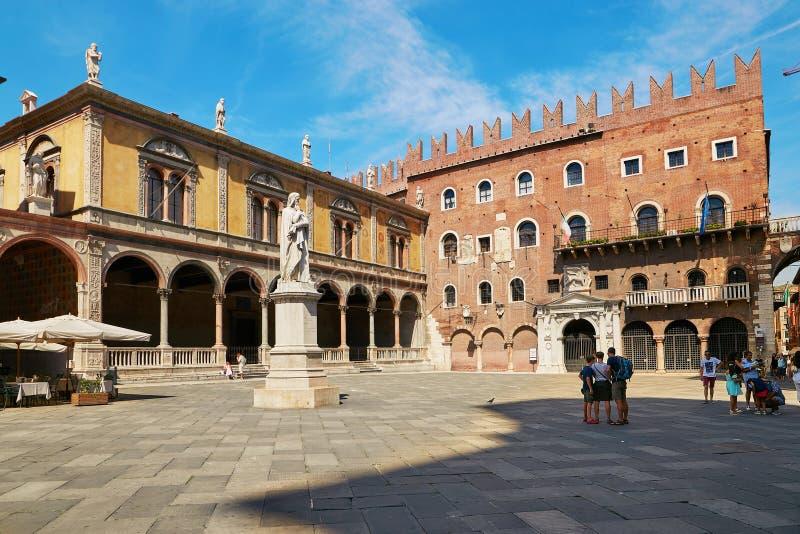 VÉRONE, ITALIE - 17 AOÛT 2017 : Signori de dei de place de Vérone avec la statue de Dante images libres de droits