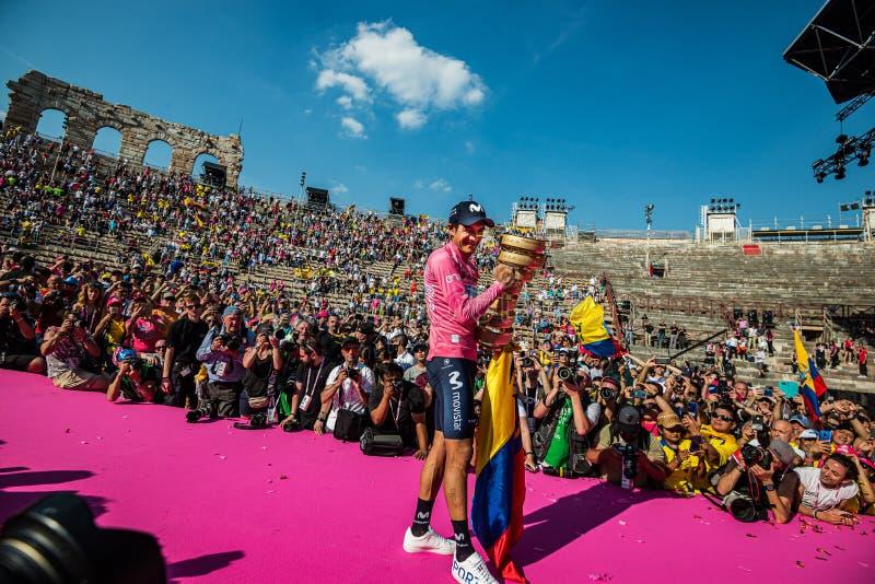 Vérone, Italie 2 juin 2019 : Richard Carapaz, Movistar Team, en maillot rose, montre à chacun le trophée infini photos stock