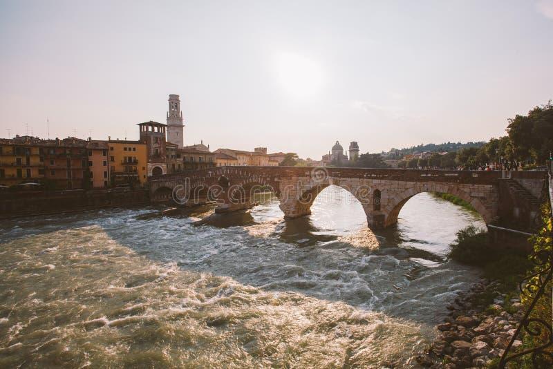 Vérone, Italie le 11 juillet 2013 : Vue de rivière de l'Adige et de pont de St Peter, photographie stock libre de droits
