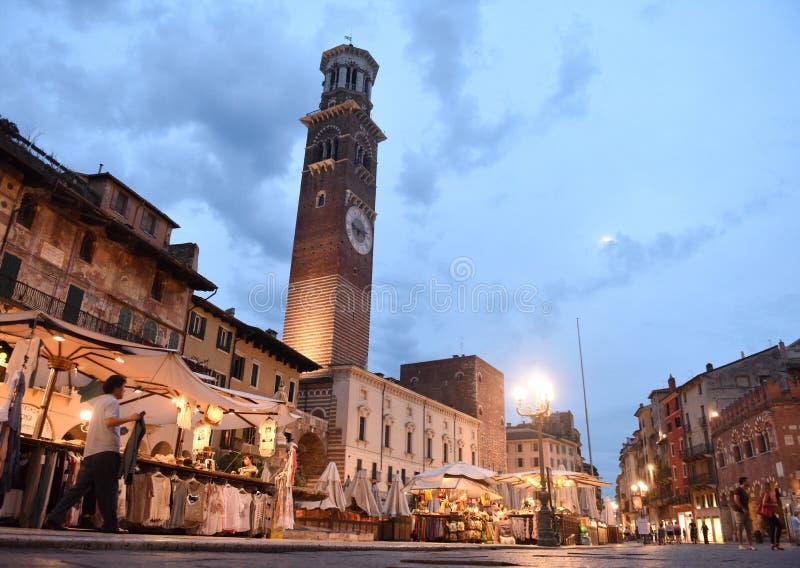 Vérone, Italie le 6 juin 2017 : Place a du marché d'erbe de delle de Piazza photographie stock libre de droits