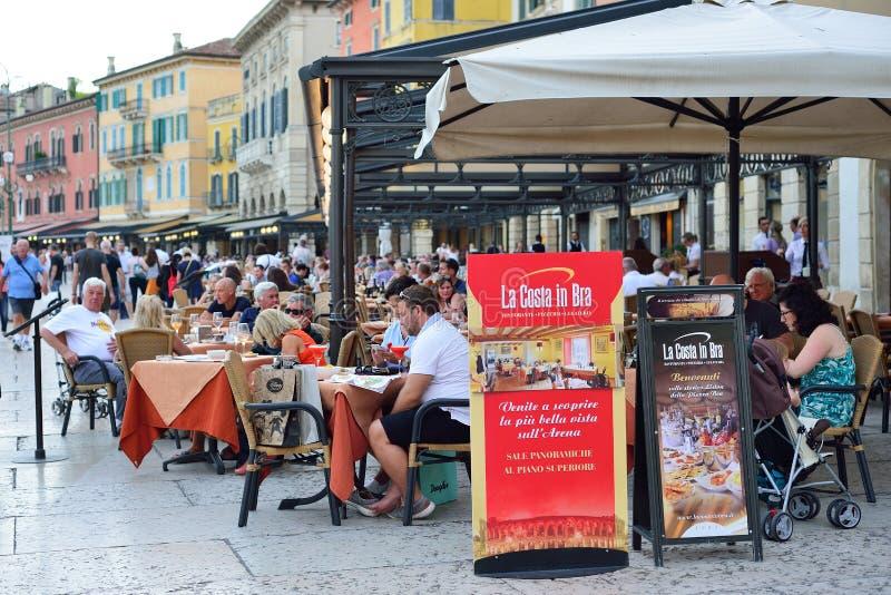 VÉRONE, ITALIE - MAI 2017 : Terrasse d'été du restaurant au centre de Vérone près de l'arène Les gens mangent le dîner reste image libre de droits