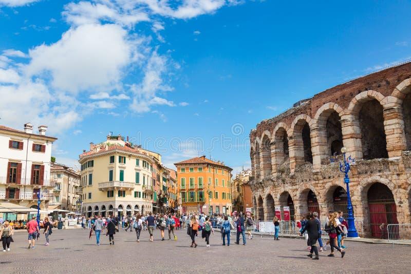 VÉRONE, ITALIE - SEPTEMBRE 2017 : Les gens marchant près de Verona Arena dans un beau jour d'été L'Italie - Di Vérone d'arène photo stock