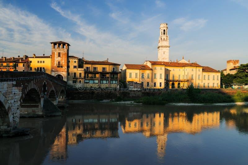 Vérone, rivière de l'Adige dans la lumière de matin image libre de droits