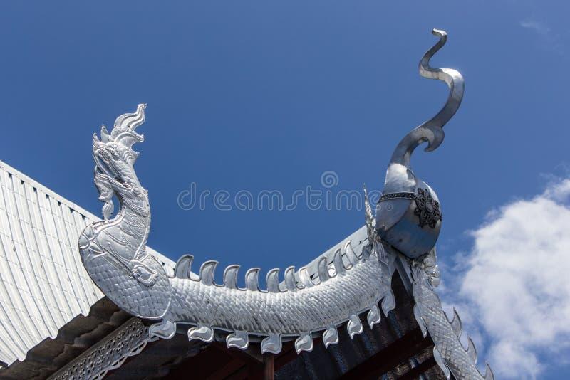 Vértice de prata do frontão da igreja no templo tailandês foto de stock royalty free