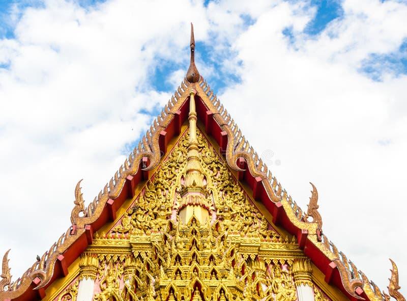 Vértice do frontão da igreja em um templo imagem de stock royalty free