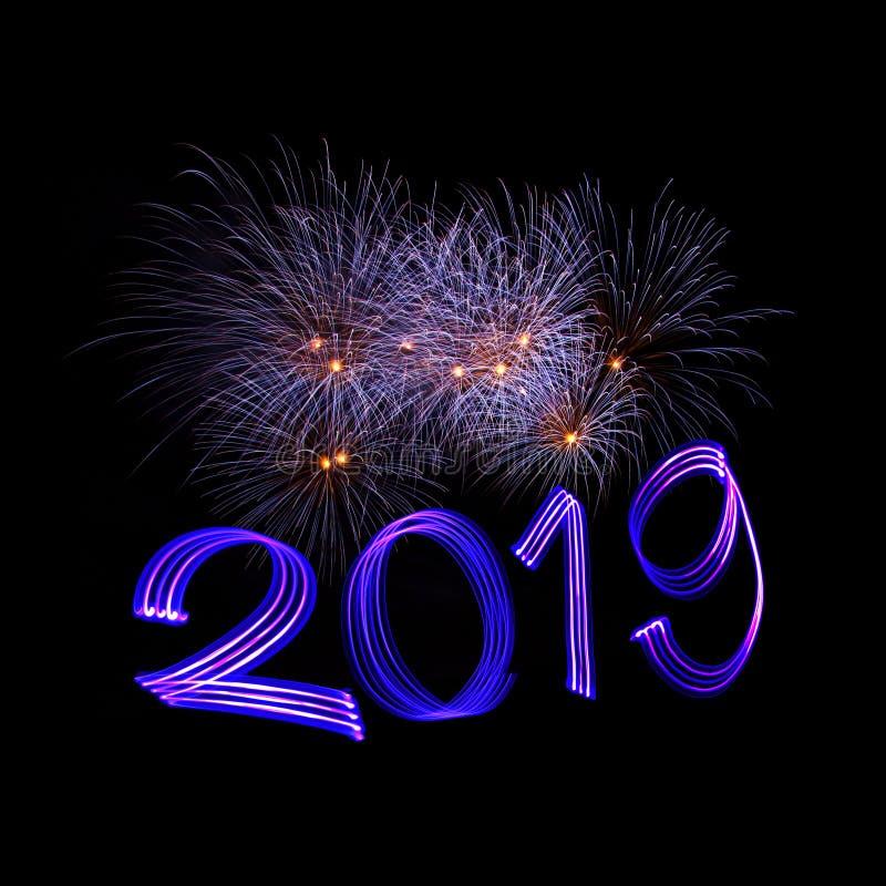 Véspera 2019 do ` s do ano novo com fogos-de-artifício foto de stock