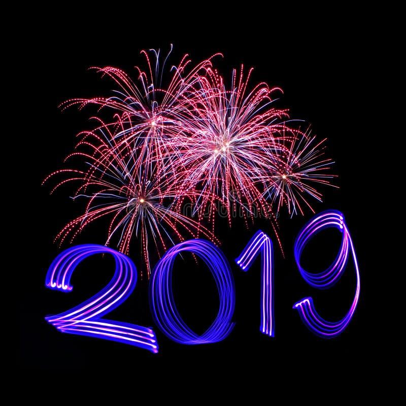 Véspera 2019 do ` s do ano novo com fogos-de-artifício fotos de stock