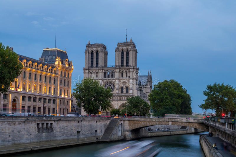 Véspera em Notre Dame De Paris foto de stock