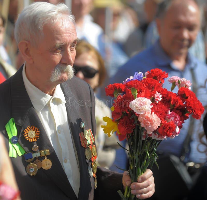 Vétéran avec le défilé de victoire de médailles le 9 mai photo libre de droits