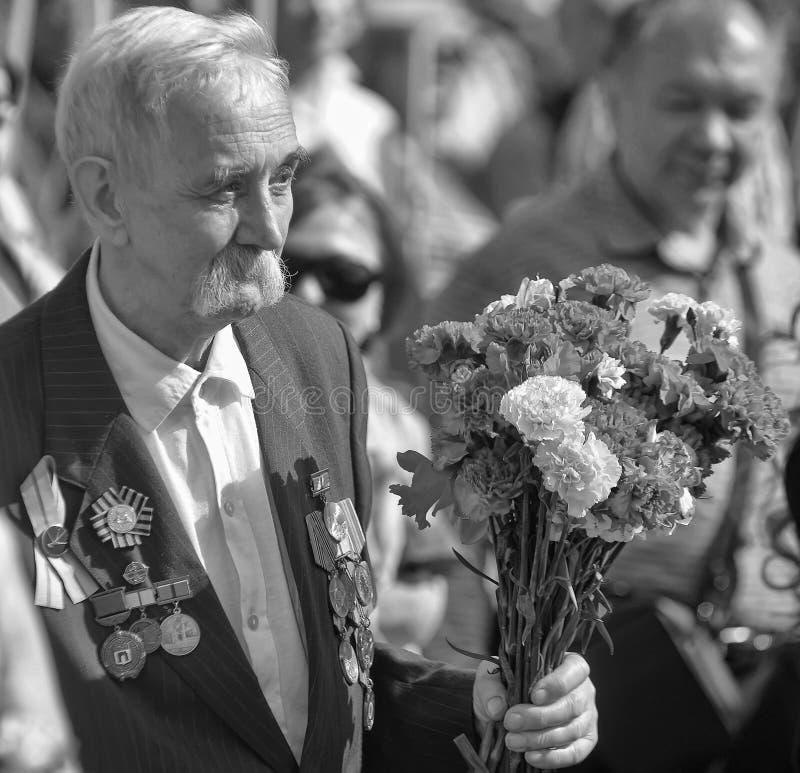 Vétéran avec le défilé de victoire de médailles le 9 mai photographie stock