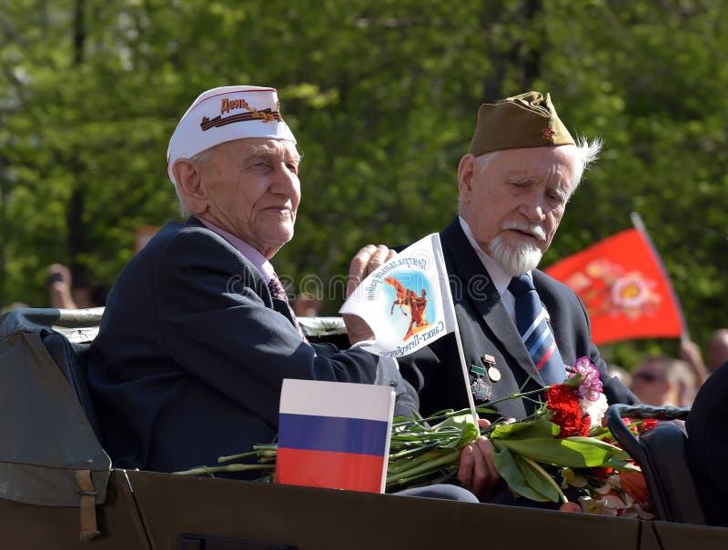 Vétéran avec le défilé de victoire de médailles le 9 mai photos stock