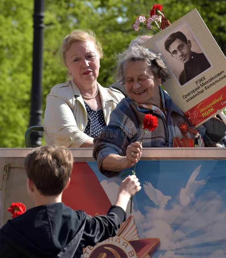 Vétéran avec le défilé de victoire de médailles le 9 mai photos libres de droits