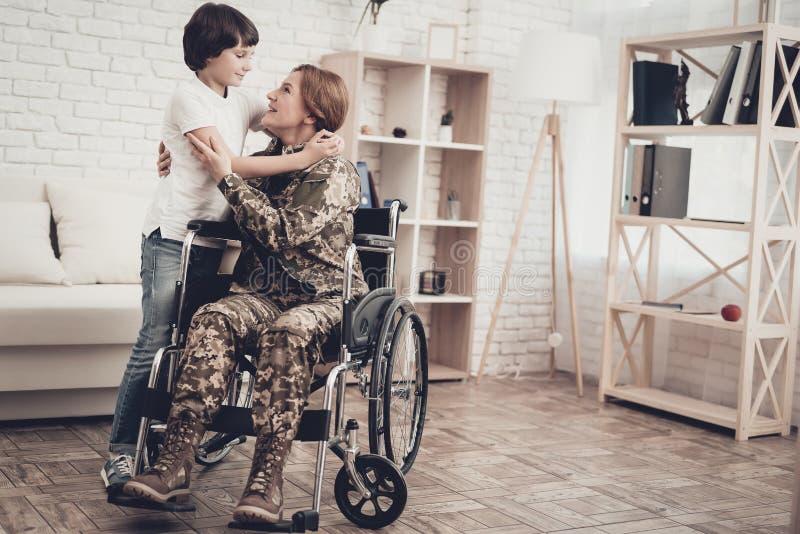 Vétéran de femme dans le concept de retours au pays de fauteuil roulant photographie stock