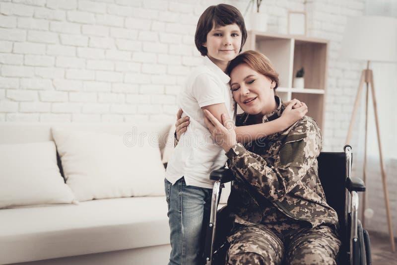 Vétéran de femme dans le concept de retours au pays de fauteuil roulant photo libre de droits
